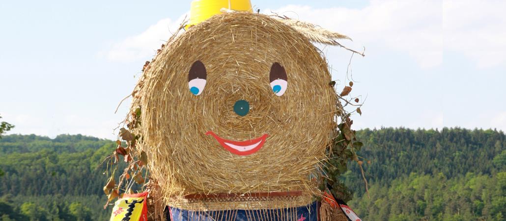 Puppe aus großen Strohballen mit Gesicht und Kleidung