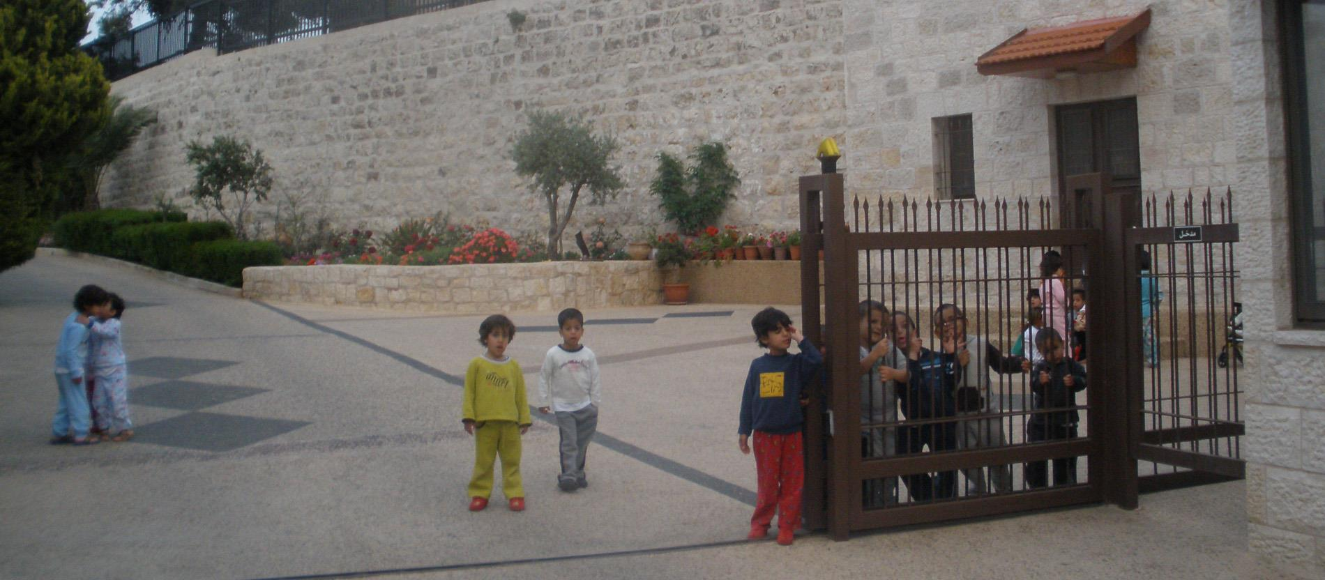 "Kinder am Eingangstor der ""Creche"" in Bethlehem."