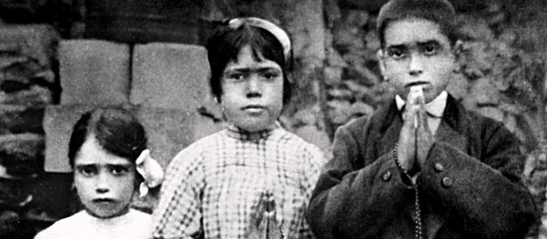 Die drei Hirtenkinder, Lucia dos Santos (M), die später Nonne wurde, ihr Cousin Francisco und ihre Cousine Jacinta, aufgenommen 1917 bei Fatima (Portugal). Ihnen war in diesem Jahr die Jungfrau Maria erschienen.