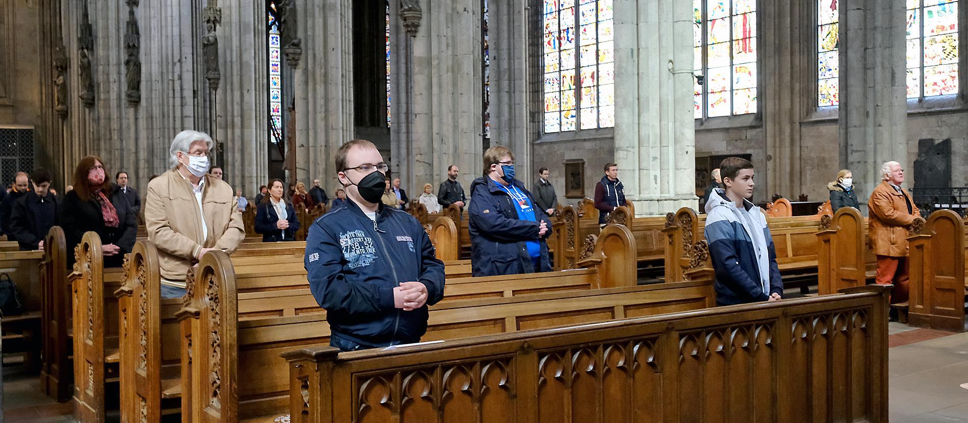 Priester Hinter Plexiglas Erstmals Wieder Messe Im Kolner Dom Katholisch De