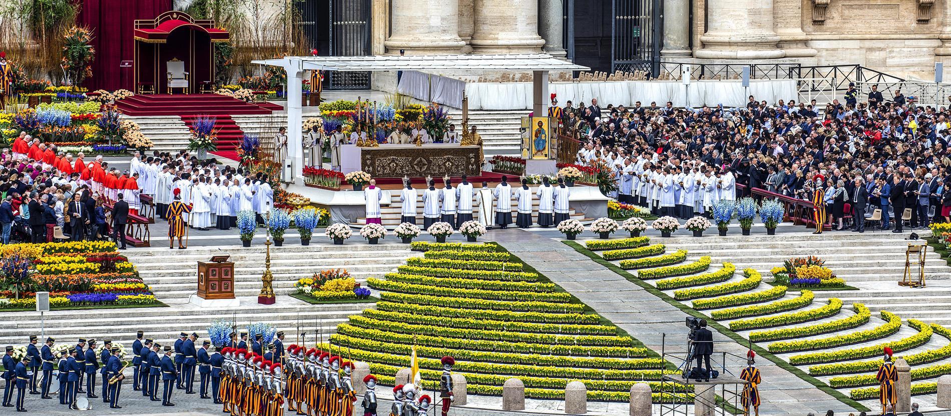 Ostermesse auf dem mit Blumen geschmückten Petersplatz